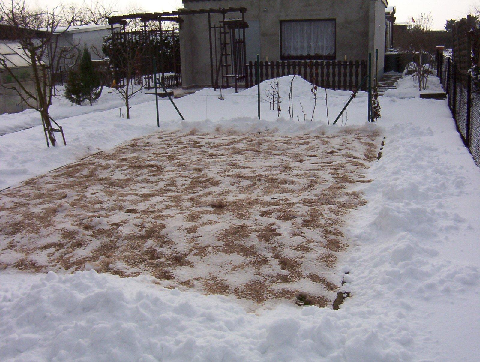 Gartenerde  kalken mit Dominik ( pH - Wert beachten ! )